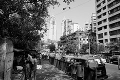 melting pot Mumbai (simon-r-) Tags: mumbai india 2017 inde indien bombay bct city streets street architecture life people photography bw blackandwhite travel documentary change construction contrasts urban asia megacity oldandnew skyscrapers townhouses الهند آسيا مومباي maharashtra sony alpha ilce 5000